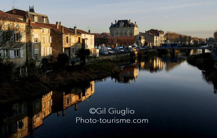 Canal de la Marne au Rhin l'après-midi en automne