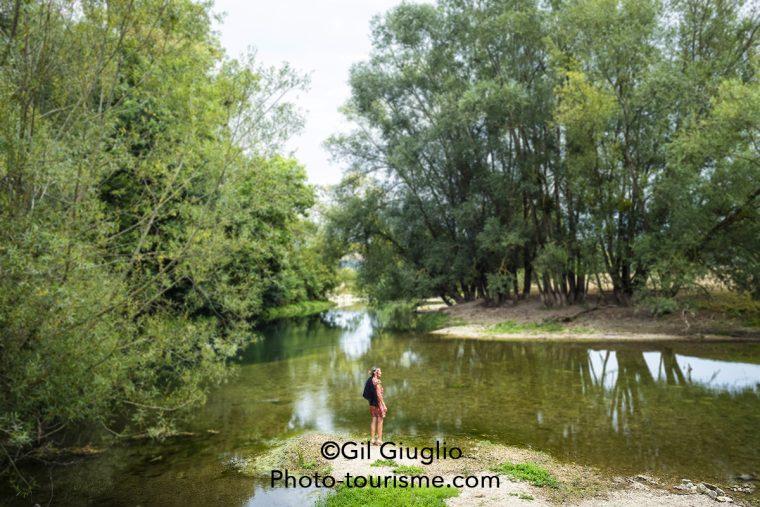 Les bords de la Meuse encore étroite et qui jouxte le parc du domaine des Monthairons