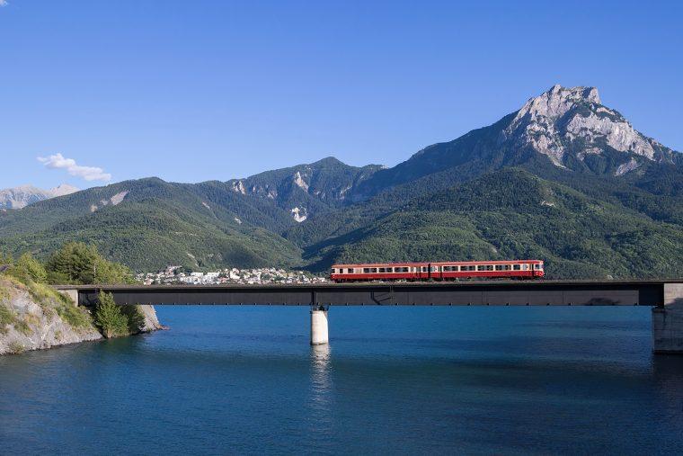 Train sur le lac de Serre Ponçon