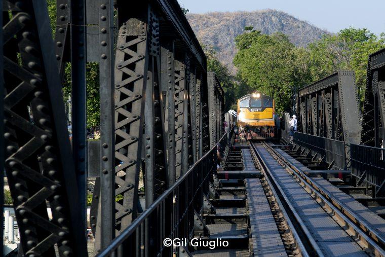 Train qui passe sur le pont de la rivière Kwaï
