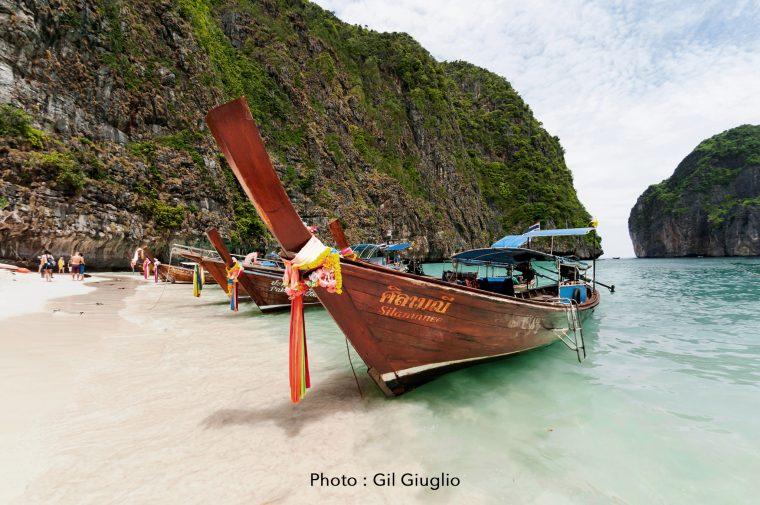Bateaux longtail sur plage de Maya Bay à Koh Phi Phi