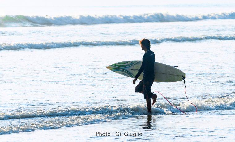 Surfeur sur plage de Kao Lak