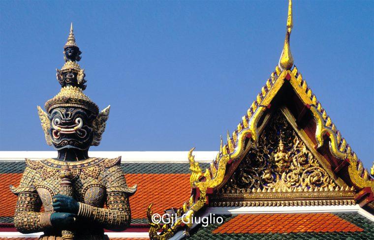 Toit et statue du Palais royal de Bangkok