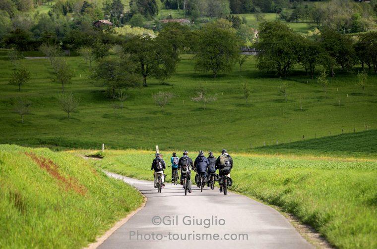 Groupe de cycliste sur petite route de campagne