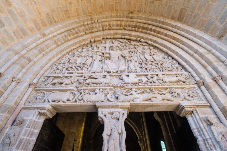 Tympan de l'abbaye de Saint-Pierre