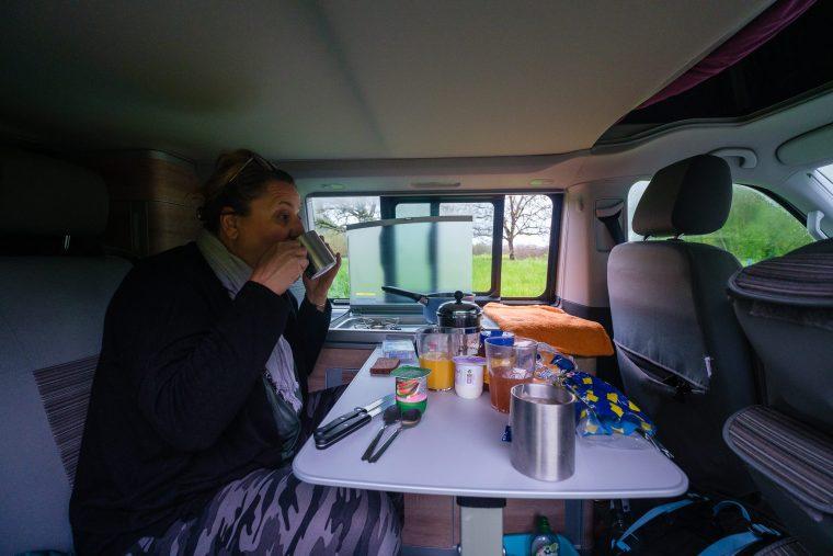 Petit-déjeuner dans le van
