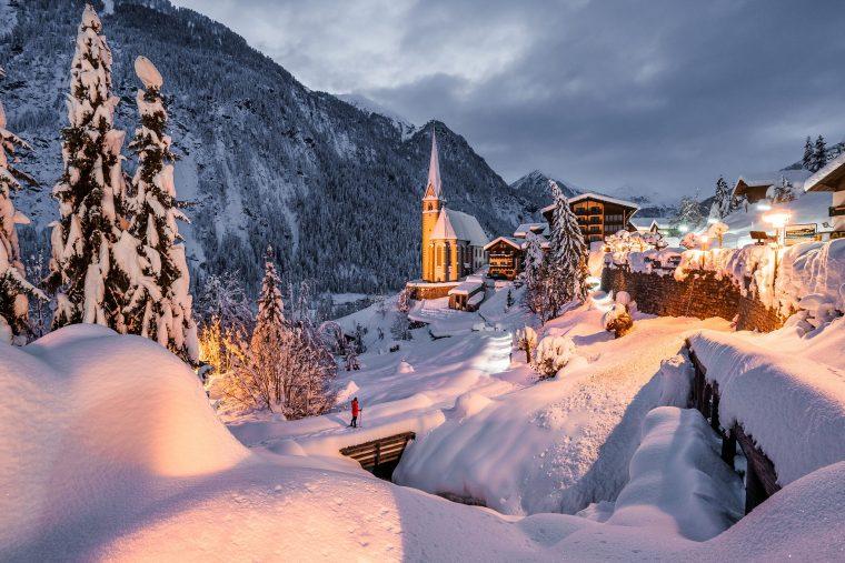 Eglise illuminée de Heiligenblut en hiver