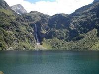 Lac et cascade d'Oo