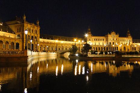 A Séville, la piazza d'Espana est particulièrement féérique la nuit.