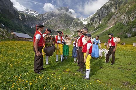 La montée ou la descente d'alpage est toujours aussi importante dans la vie des fermiers qui revêtent à cette occasion les costumes traditionnels.
