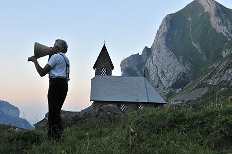 Moment mystique, le « betruf » est une prière psalmodiée chaque soir dans un porte-voix en bois sculpté. De nombreux fermiers y sont toujours fidèles. © Ernst Hohl