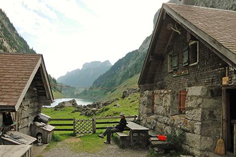 De l'autre côté d'un petit lac idyllique, l'alpage du Fählenalp vers lequel ne mène aucune route. Les randonneurs peuvent y casser la croûte, déguster le fromage confectionné sur place.