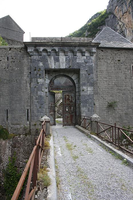 Accroché à la montagne, le fort commande l'accès au col du Somport, vers l'Espagne. Sa construction a duré plus de vingt ans. © office de tourisme Vallée d'Aspe