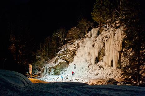 Une cascade de glace haute d'une quarantaine de mètres, éclairée la nuit. Le village possède aussi une superbe patinoire naturelle, en plein centre. (Photo ZIR)