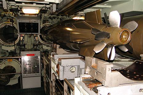 Dans la salle des torpilles du sous-marin nucléaire le Redoutable, le plus grand sous-marin visitable du monde.