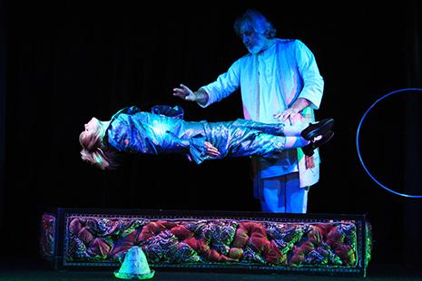Le magicien Jan Madd s'est produit dans les plus grands cabarets, de Monaco à Las Vegas. Pendant 23 ans, il a été la vedette de Métamorphosis à Paris.