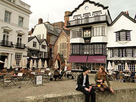 Avec ses vieux quartiers, Exeter est une ville historique. En plein centre, elle offre aussi un « mall » dont le design se marie bien avec l'ancien
