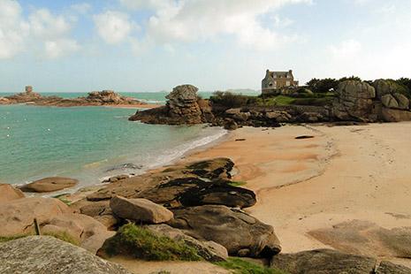 Les riantes plages de Tregastel, bordées de magnifiques demeures.