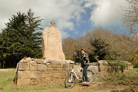L'impressionnant menhir de St Uzec, entre 5 et 4 000 ans avant JC.