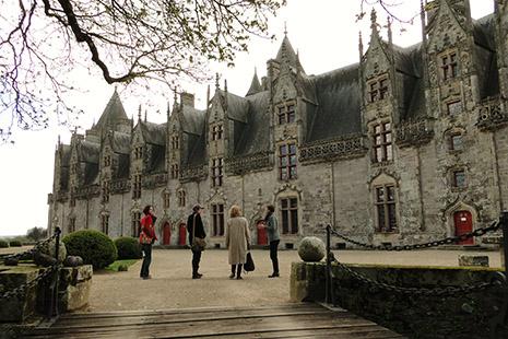 Le superbe château de Josselin, habité depuis cinq siècles par la même famille, les Rohan.