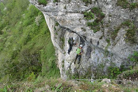 La vallée se prête aussi à des activités très sportives : via ferrata ainsi que spéléo et descente en rappel.