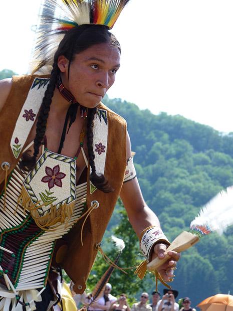 Une cinquantaine d'Amérindiens, en 2013 principalement des Apaches, viennent danser et chanter au pow wow. Crédit M Lhommée