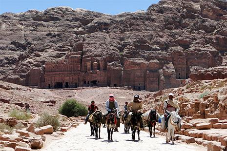 On peut rejoindre le défilé de Petra à pied mais aussi à cheval, à dos d'âne ou de mule