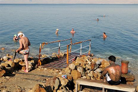 L'eau de la mer Morte est incroyablement salée. Les hôtels proposent toute une gamme de soins et de cures.