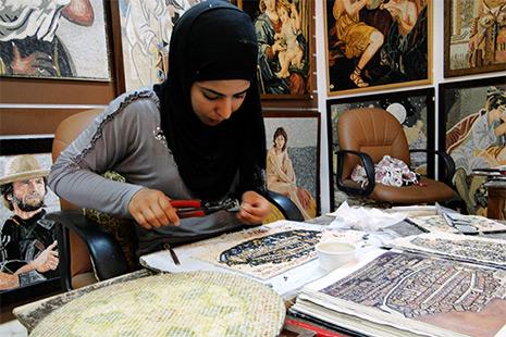 L'art de la mosaïque a traversé les âges. Dans les ateliers, des copies de pièces byzantines ou des réalisations très contemporaines.