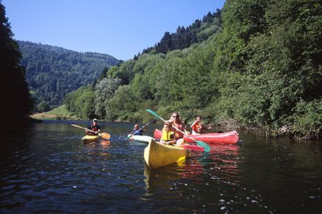 Le cours indolent du Doubs se prête bien à des promenades en canoë © OT Jura & 3 lacs