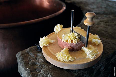 Fabriqué originellement à Bellelay, le fromage Tête de Moine, l'un des plus anciens et plus appréciés du pays © OT Jura & 3 lacs