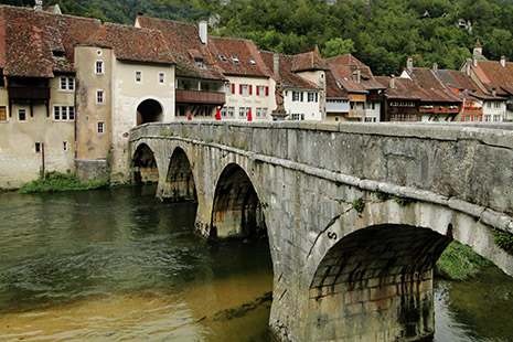 Le village médiéval de Sainte-Ursanne, serré sur les bords du Doubs.