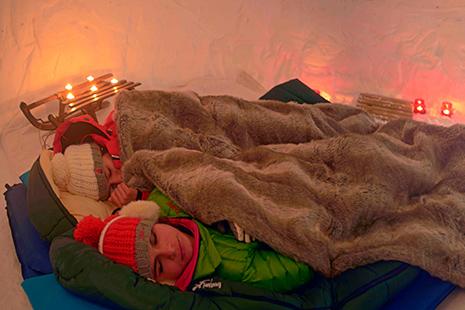 Une nuit inoubliable en igloo, au choix en chambre ou en dortoir. L'apéro se prend en admirant le glacier de Bellecôte. (Photo P.Royer)