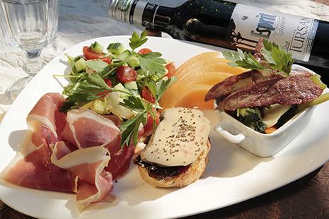 Foie gras, confit, magret de canard… la gastronomie est remarquable.