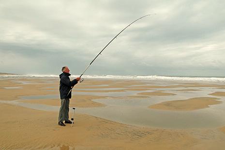 De la pêche sportive, le surfcasting, qui demande un beau mouvement pour lancer la ligne dans la mousse.