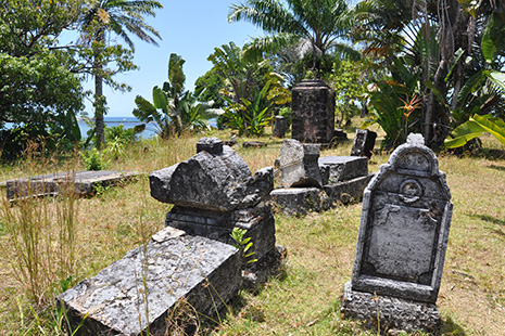 Le cimetière des Pirates, sur un petit monticule dominant la crique.