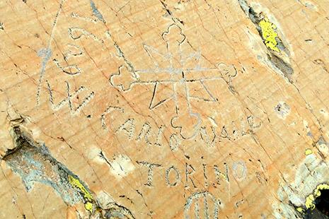 Des graffiti et d'autres gravures ont été laissées au fil des siècles, depuis les Romains jusqu'à… nos jours !