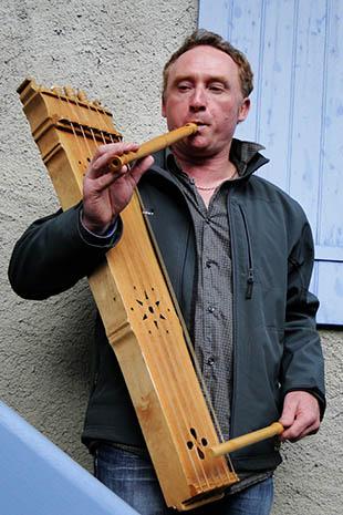 Le barde Jean-Luc fait découvrir avec fierté sa région avec ses particularités. Il a confectionné lui-même ses instruments.