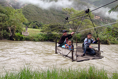 Dans cette vallée reculée, il y a très peu de ponts pour traverser le fleuve Uctubamba.