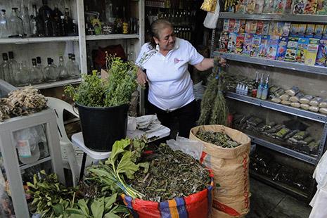 Au marché de Chiclayo, des échoppes proposent toutes sortes d'herbes et d'ingrédients utilisés par les guérisseurs.