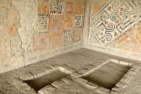 Dans une des pyramides de Cao, face à la mer, quelques unes des tombes. L'une abritait une femme, sans doute une prêtresse, momifiée qui gisait avec quantité de bijoux et d'armes.