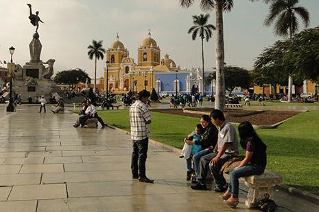 La place centrale de Trujillo, une ville aux vieilles maisons coloniales très colorées.