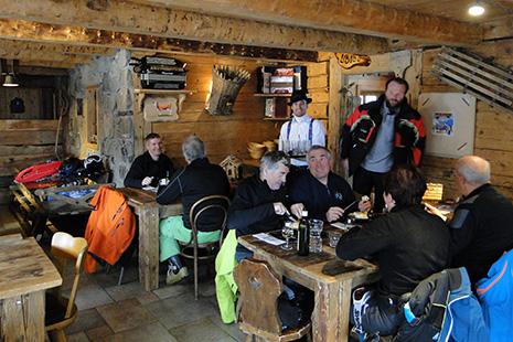 Dépaysement complet dans les restaurants suisses, avec la musique folklorique passée en boucle.