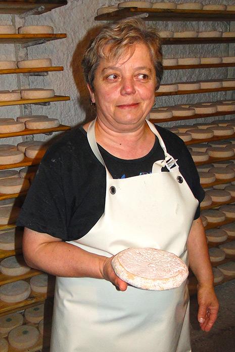 Productrice de fromage, Marie-Louise Donzel se lance dans la fabrication après chaque traite, deux fois par jour.