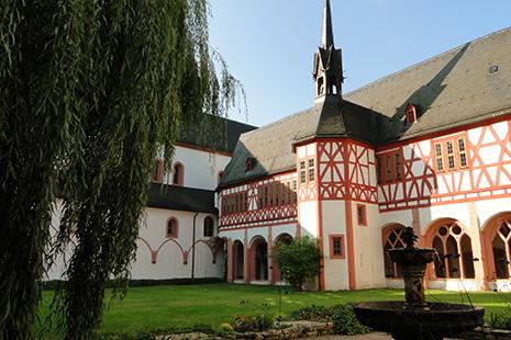La magnifique abbaye cistercienne d'Eberbach, notamment ses caves à vins, a servi au tournage du film « Le nom de la rose ». Jean-Jacques Annaud a visité trois cents couvents à travers l'Europe avant de se décider pour celui-ci.