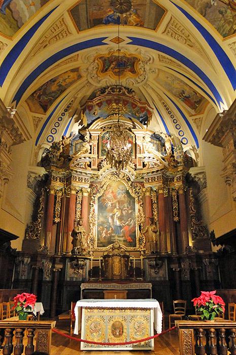 Avec ses fresques et son portail du XVIII°, l'église de Saint-Nicolas-de-Véroce est remarquable.