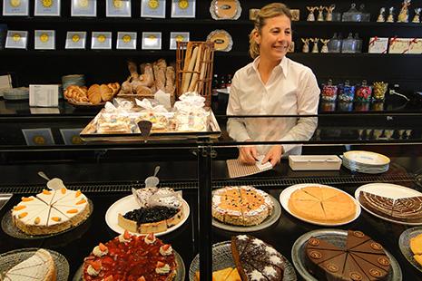 Les pâtisseries et les pâtissiers –ils essaiment à travers toute l'Europe- sont fort réputés. La spécialité est la tarte aux noix.