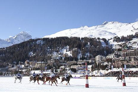 Prestigieuses courses hippiques et matches de polo sur le lac gelé jalonnent la saison hivernale © office de tourisme Engadine – Saint-Moritz