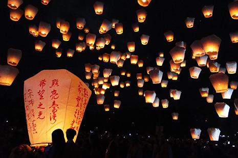 Des milliers de lanternes s'envolent dans la nuit, portant les vœux et les espoirs de milliers de personnes.