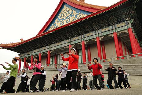 Chaque matin ou presque, les adeptes de taï chi s'adonnent à cet art martial près du mémorial de Tchang Kaï Shek.